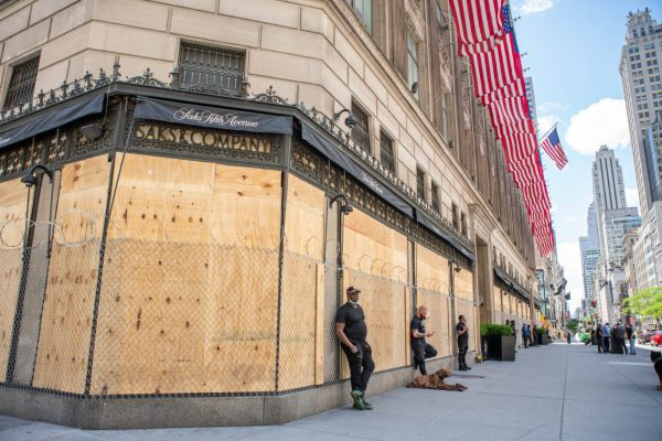 Saks_Fifth_Avenue_Boarded_Up_During_Black_Lives_Matter_Protests_New_York_City_-_49984000103-1536x1025-600x400.jpg