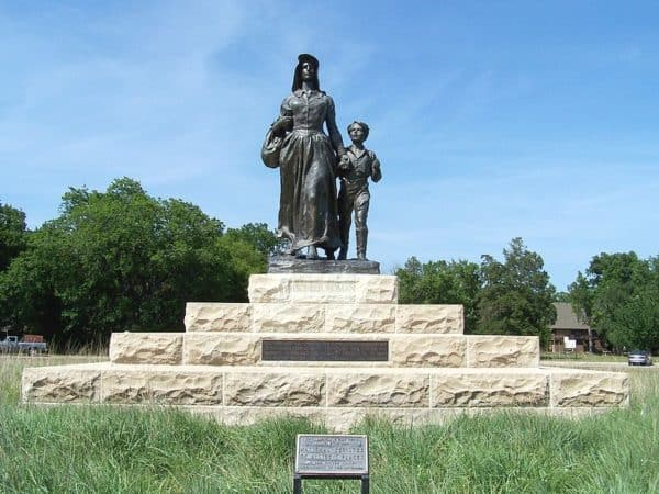 The Pioneer Woman statue and base in Ponca City, Oklahoma. Credit Image: Billy D. Wagner via Wikipedia.